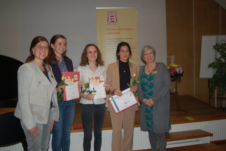 Präsidentin Susanne Sparka und Komiteeleiterin Anneke Schröder-Dijkstra gratulieren und danken den Bewerberinnen