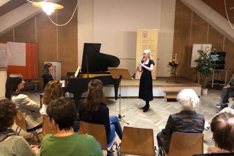die Musikerinnen Olivia Wuttke und Joseline Geward Hoppe von der Musikschule NMS