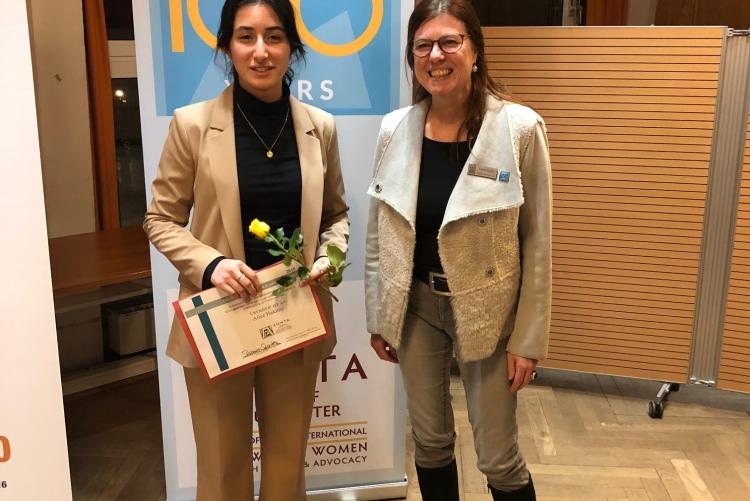 Präsidentin Susanne Sparka und die YWPAA-Preisträgerin Alice Hakimy