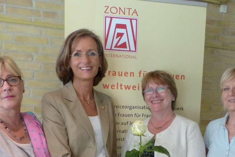 Die Past-Präsidentin Babett Schwede-Oldehus übergibt eine ZONTA Rose an die neue Präsidentin Susanne Pfuhlmann-Riggert.