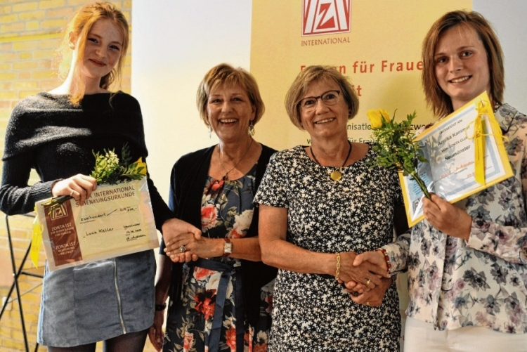 die Preisträgerinnen mit der ZONTA Präsidentin
