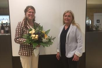 Past Präsidentin übergibt die ZONTA Nadel an die neue Präsidentin Jutta Meyer