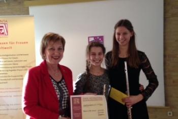 Mieke und Lotta Hansen -2 begabte junge Musikerinnen sorgten für die musikalischen Begleitung.Sie erhielten von der Präsidentin Astrid Andresen eine Geldspende des Clubs.