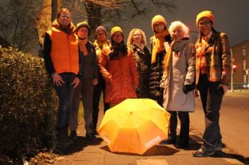 Mit orangefarbener Kleidung setzten die Frauen vom Zonta-Club  beim Startschuss ein Signal.